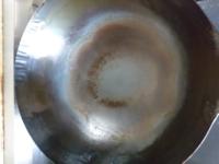 中華鍋についての質問です。 昨日中華鍋を購入し、空焼き後に油をひいて野菜くずを炒めて、お湯で洗ったところ鍋が焦げたのですがこれが正常な状態ですか? 竹の洗うやつで洗ってもなかなか落ちません。お知恵を貸してください(><)
