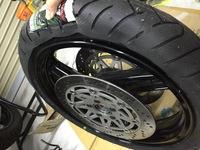 GPZ900Rのフロントタイヤ交換(ビード上がらず)  GPZ900Rのフロントタイヤ交換をしています。 タイヤを付けたのですが、ビードが上がらず困っています。 ホイールは3.0-17インチ、タイヤは12 0/70ZR17です。 ...