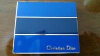 家の整理をしてたら、クリスチャン・ディオール?というメーカーのアイシャドウが出てきました。「5 COLOR EYESHADOW COMPACT」とケース裏に書いてありました。 中身は薄紫、薄桃、薄赤、薄ベージュ、白のアイシャドウでした。  クリスチャン・ディオールって、あのディオール(Dior)と関係ありますか? このアイシャドウはいつ頃、発売されたものですか?今もありますか?  アイシャド...