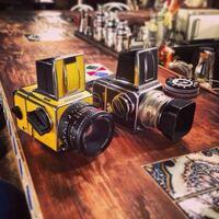 この右側のカメラが欲しいので、 名前を教えて欲しいです。 全く同じものが欲しいので、細かなところまでお願いします。(。-_-。) 新品はまだ売っているのでしょうか? 中古だと、大きなカメラ屋さんに行けばありますかね?