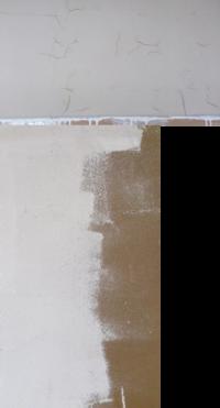 砂壁に水性シールパテを塗ったら亀裂が起きました。砂壁に壁紙を貼ろうと思い、シーラーを塗り、乾いてからシールパテを塗ったのですが、  パテを塗った次の日に、下部にある画像のような亀裂を起こしました。 「質問1」です。   この場合、 パテは全て撤去した方が良いのでしょうか?  この上から壁紙を貼ったらまずいですよね?   使った商品は、 シーラーは、アサヒペンのヤニ・ア...