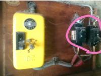 漏電ブレーカーについて 我が家は古い賃貸なので、画像のようなブレーカーがついています。(画像のマルで囲ってあるのは気にしないでください。) これは漏電ブレーカーがついていませんか? 左側の黄色いブレーカーは普通のブレーカーですよね? 漏電ブレーカーがついていない場合は漏電による火災のリスクがあがりますよね? 我が家は古いので天井裏の配線をネズミがかじったりした場合、漏電して家事になったりしな...