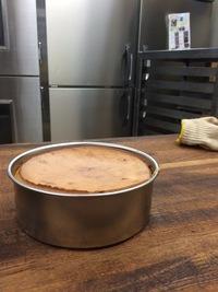 カスタードスフレチーズケーキを 作り始めました。型に入れた時と同じくらいまで、しぼんでしまうので悩んでます。中も、べちゃっとしています。 アドバイスよろしくお願いいたします。 レシ ピ 15センチ型 クリームチーズ 290 卵黄 2個分 グラニュー糖 39薄力粉 20 牛乳 218 バター 17 レモン汁 小さじ1.5  卵白 2個分 グラニュー糖 52 160度 ...