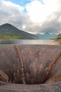 ダムには、スピルウエイという穴があるのですかね?