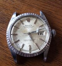 かなり古く痛んでいますがロレックスを親族より譲り受けました、 話しから推測するとアメリカで購入した1950年代後半以降のものだと思います。 このような状態でも動いているこの時計のことを知りたくなり質問で...