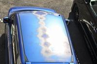 娘のホンダのゼストです。 屋根の中央部だけこうなりました。この車種の塗装、弱いんでしょうか? 同じ屋根でも周辺部はどうもなってないのですが? メーカーに問い合わせたところ、保障は3年以内とのことでした。 欠陥品(ハズレ品)でしょうか?