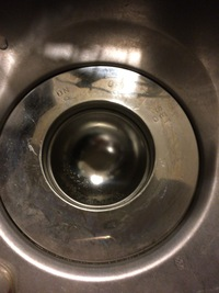 """やってしまいました(;ω;)  キッチンのシンクの排水口の入口に、写真のように""""お玉立て""""の受け皿の部分がスッポリとハマってしまい、取れなくなってしまいました。  調べたところ、この受 け皿はステンレス..."""