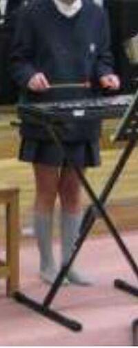 この人のスカート短いですか? 6年です 制服です