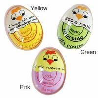 ゆでたまごを作る時に写真のようなエッグタイマーを使ってるんですが、卵は冷蔵庫にいれてあってエッグタイマーは常温です それを水に入れて一緒に茹で始めるとエッグタイマーは元々常温だから早く色が変わるのか? ミディアムになっても卵は冷たい状態からだから、ミディアムより半生なのか? 卵と温度を同じにしておけばいいのか?と疑問がわきました。 夏と冬でもエッグタイマーの温度は違うはずだし…。  エッグタ...