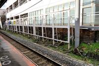 JR西日本 京橋駅東西線 ホームの線路脇にあるレンガの遺構はどういう目的で残されているのでしょうか。 素性も分からず、不思議な存在ですが。