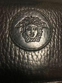 ヴェルサーチ VERSACE の財布が本物か偽物かわかる人いませんか?ロゴの写真載せておきます。メルカリで購入しましたが質感が安物のように感じます。よろしくお願いします。