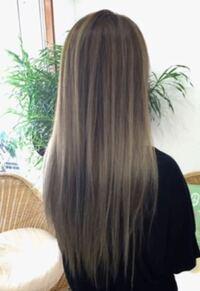 この女性のように 下の部分だけを髪の毛の量が少なくする髪型(ギャルがよくしてる髪型)ってなんて言うんですか?   写真だけじゃ伝わりにくいと思うんですが…  この髪型に憧れてて、やってみたいんですが、 なん...