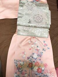 ピンクベージュの訪問着にこのような銀の袋帯の組み合わせは合いますか? 今手元にある礼装用はこれと、前質問の金の袋帯です。 小学校入学式にはどうでしょうか?三十代前半です。 着物にお詳しい方の意見をお聞かせ頂けると助かります。 よろしくお願いします。