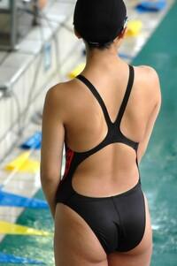 女子用競泳水着と言うと、必ずと言っていいほどに背面部分が「Xバック」となっていたりしますよね。これには、どのような意味があるのでしょうか?何か、重要な理由とかあるのでしょうか?