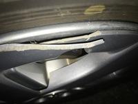 先日車を運転中急に車が曲がってきて避けようと思ったら縁石にホイールカバーを傷つけてしました。これ普通に運転するのには支障はありませんか?大丈夫のようならこのままでいくつもりです。