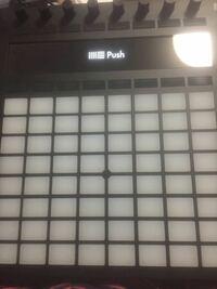 ableton PUSH2 を購入したのですが起動してくれません。電源を入れてからこの画面になりそこから何も動きません。 何か解決策などあるのでしょうか?