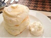 このような高さがありフワフワしたパンケーキのレシピ教えて下さい。 ただ高さあればいいだけでなくフワフワ崩れそうなパンケーキのレシピ教えてください。