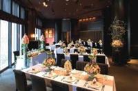 結婚式の 高砂 メインテーブル に、女優ライト キャスターライト のような新郎新婦を照らす照明を設置しようと思っています。おすすめのものがありましたら教えてください。 画像のような会場でのレストランウェ...