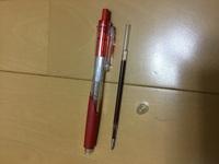 ボールペンのバネをボールペンの中に入れてしまってノック部分の白いところに引っかかって取れなくなってしまいました。どうすればよいでしょうか?(ボールペンはパイロットの赤色です)