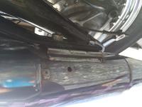 スティード400の純正マフラーを車検に使うためとりつけたら、フロントとリアのマフラーサイレンサー下に小さい穴があいていて、排気がもれるのですが、この穴は新品からあながあいていて、新車 から排気具出るように、なっているのですか?
