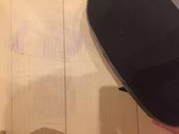 フローリングの床の汚れについて質問です。  スリッパを置いていたところにスリッパの裏?の素材が移ったのか、フローリングが汚れてしまいました。濡れたタオルで擦っても取れず、どうしたら いいものなのか悩んでいます。何か落とす方法などありましたら教えていただきたいです。