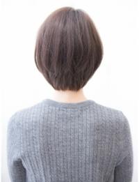 今の髪の長さが顎少し下くらいの長さでだん? とかはいってない軽くすいてあるぐらいのぱっつんの切りっぱなしって感じです。あまりにも量が多くてぱっつんすぎて、変なので長さをあまり変えず に髪型を変えたいのですが画像のようにするのは無理ですかね わかる方いらっしゃったら教えて下さい!!