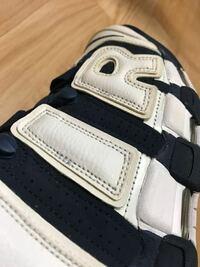 スニーカーの汚れについて質問です こちらの画像の靴はモアテンです。 画像じゃ分かりずらいとは思いますが よーく見るとサイドの『IR』の文字部分に 黄ばみのようなシミのような茶色っぽい汚れ(?)がついています...