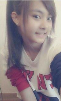 この写真はツウィが13歳の頃らしいのですが、13なのに髪を染めてるしピアスも開けていますが台湾では普通のことなのでしょうか?