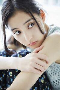 新木優子さんの目が気になります。 二重、三重どころか四重になってませんか??