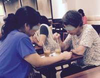 【カフェ】アイスコーヒーの氷をカラカラ×2かき混ぜ続ける人ってムカつきませんか?? (喫茶)   先日もカフェで休憩していたら、 隣の客がずーっと、カラカラ カラカラ、氷をかき混ぜる。 ほぼ無意識なのか...