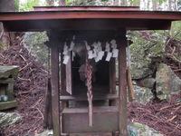 祠の両側に吊り下げられてる、竹製の拍子木みたいな物は何ですか?