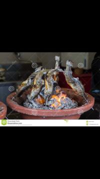 バーベキュー用品について教えてください。 写真のような、縁(ふち)に穴が空いてて、 串をかざして囲炉裏状態で、真ん中の炭で焼ける このグリルは、なんという呼称ですか?  見た感じ瀬戸 物? テラコッタ?っぽいのですが、 素材は何ですか?  ご存知のかた、 教えてください(^-^) よろしくお願い致します。