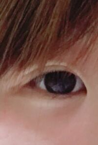 裸眼です。 この場合の目は黒目は大きいでしょうか? 目が極端に小さいことがとてもコンプレックスなのでカラコンをするとでか目効果があると聞いたのですがこれ以上カラコンいれたら宇宙人みたいになりそうな気...