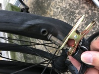 自転車の空気が抜けた?パンク?したのでタイヤを外したらチューブとバブルが外れてました。 バブルをチューブにはめて空気を入れてもこの部分から空気が抜けてます これは通常繋がってるので すか?  この場合修理はパンク修理ではないですか?