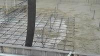 雨が降ったあとの基礎コンクリート打設 水溜まりがある上に打設していましたが、 大丈夫でしょうか?  今日の外気温は15度、曇(雨降りそう) 打設後ブルーシートなどもかけてありません。 これから雨が降っても問題ありませんか?