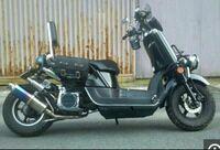 バイク初心者です。 YamahaのVOXをこのようなカスタムしたいです。 これは、ロンホイ、ローダウン??にして、バックレスト?を付けて、マフラーを変えているのはなんとなくわかるのですが、この写真もともとの車...