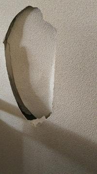 お恥ずかしながら怒りにまかせて賃貸アパートの壁をグーで殴ってしまった結果、30センチ20センチ位の大きな穴を開けてしまいました。クロスは勿論ですが、下地の石膏ボード迄破壊してしまい、中 の空洞が見えます...