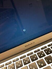 Macのアップデートに失敗したようで画像のようにぐるぐる回ったままなにも起きません。電源を長押ししても無反応です。 この場合何か試せることはありますか?