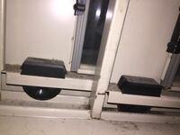 引き戸タイプの水屋の食器棚なのですが、写真手前側のレールとコマがうまく噛み合っていません。 この扉を外さずに、うまく戻すにはどうすればいいですか?
