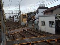 近鉄の一分駅は、踏み切り(警報器が鳴って)が閉まっても渡る人が多いです。どうにかならないのですか?