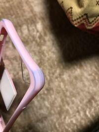 iPhoneケースがこんな感じに青く汚れてしまいました。 除光液で擦ってもアルコールのウェットティッシュ?みたいなので擦ってもとれません。 どうしたらとれますか?