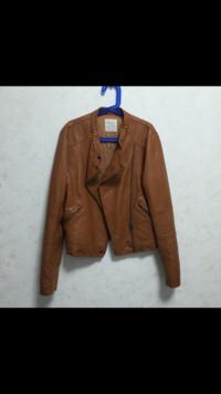 写真のジャケットにデニムを合わせるコーデで、黒以外に似合うバックの色はありますか?レディースのコーデです。
