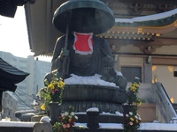 巣鴨とげぬき地蔵尊高岩寺の 少し手前にある、こちらの地蔵菩薩が あるお寺は何という名前でしょうか?