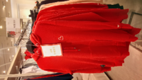この服日本のH&Mにも売ってますか? これは台湾で撮影したものです。 台湾限定なら買おうかなーて思ってます。H&Mて日本限定とか台湾限定とかご当地物てあるんでしょうか?