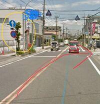 この矢印方向へは普通車は右折できますか? 左にある矢印の下にトラックマークのついた標識がありますがこれは、トラックはまっすぐしかいけないとゆう意味でいいですか?