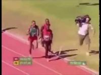 カメラマンが陸上選手より早く走ってる動画がありますがあれって長距離かなんかで最後の方だけ撮ってるやつですか?それともガチでやってるやつですか?