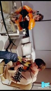 この写真の時のV Liveはどの回ですか?? ジンが弾いてて、ジミンがbutterflyを歌ってます。 この声をずっと聞いていたい…