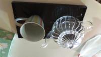 ガラスのティーポットを買いました。 写真のようなおぼん、コップでお客様に出すのは、なんか変ですよね!?  ティーポット以外は100均のものです…(^_^;)