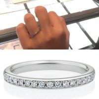 結婚指輪で迷っています。 ハーフエタニティで幅が2.3mmの指輪を結婚指輪にと考えていますが、一般的に見た細さが気になり質問しました。  情報 ・手が小さく指が短いが関節は太めの指 ・ 小さめダイヤ17粒...