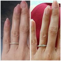 右(背景 赤)のプラチナの指輪が気に入って、地金をイエローゴールドで注文したら、左が納品されました。 納品されたものが細く感じてしまって…  左右の指輪、地金違いの同じ商品に見えま すか?